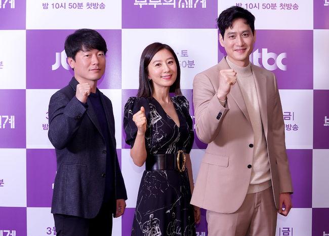 [사진=JTBC 제공] '부부의 세계'를 연출하는 모완일 감독(왼쪽부터), 김희애, 박해준이 제작발표회에서 포즈를 취했다.