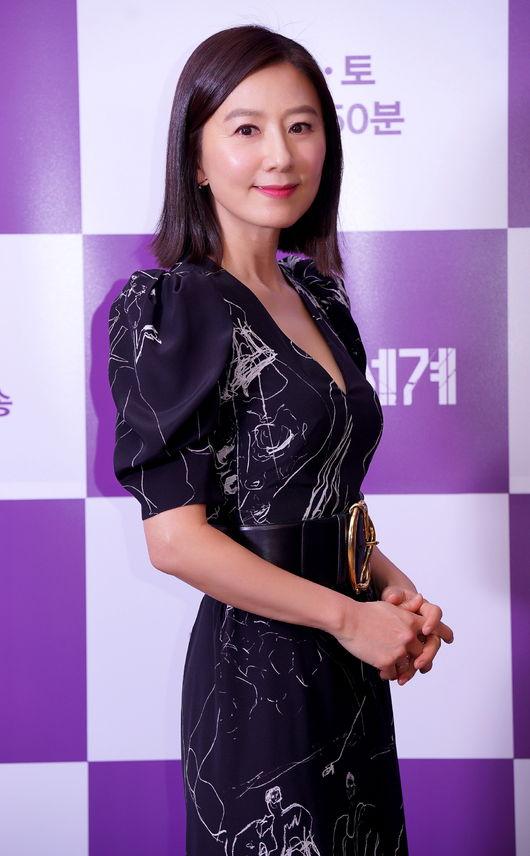 [사진=JTBC 제공] '부부의 세계' 제작발표회에서 김희애가 포즈를 취했다.