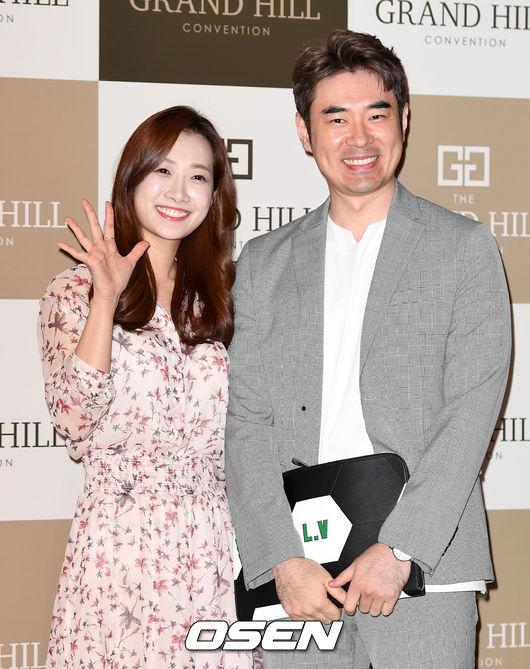 [OSEN=이대선 기자]김민정, 조충현 아나운서가 축하의 인사를 하고 있다./sunday@osen.co.kr