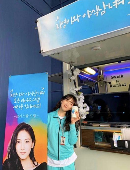 [사진=강지영 SNS] 강지영이 크리스탈에게 받은 '야식남녀' 촬영 현장 간식차를 인증했다.