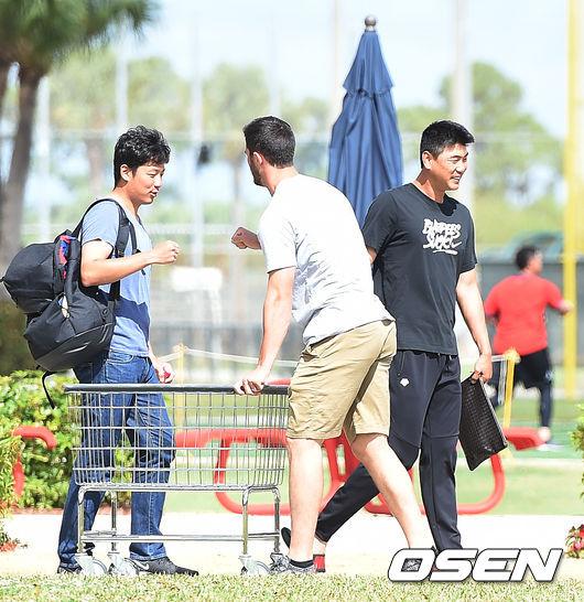 [OSEN=주피터(미국 플로리다주), 최규한 기자] 김광현이 훈련을 마친 뒤 퇴근하고 있다. /dreamer@osen.co.kr