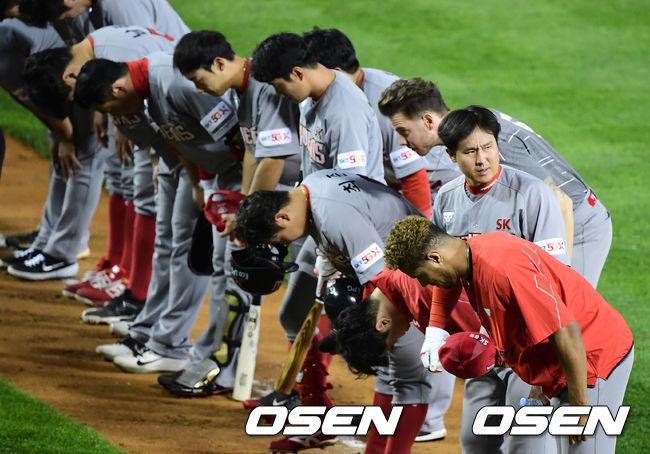 [OSEN=잠실, 지형준 기자]경기를 마치고 SK 선수들이 패배를 아쉬워하고 있다. /jpnews@osen.co.kr