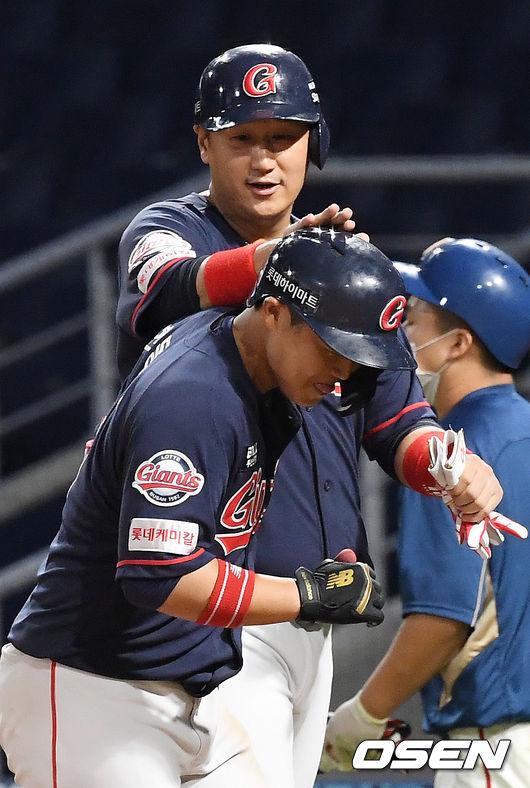 [사진]이대호,한동희에게 격한 홈런 축하