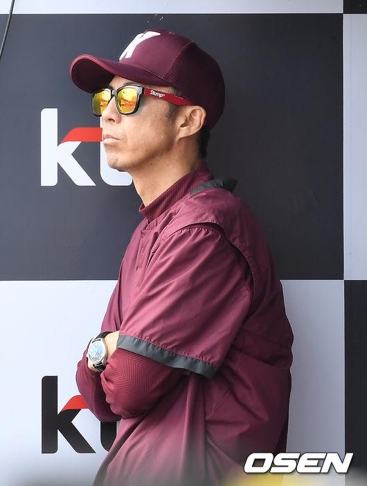 [사진]경기 지켜보는 손혁 감독