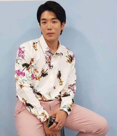 팬들에게 바치는 무대..내게 온 트롯 이창민, 꽃무늬 셔츠로 로맨틱한 매력 뿜뿜[★SHOT!]