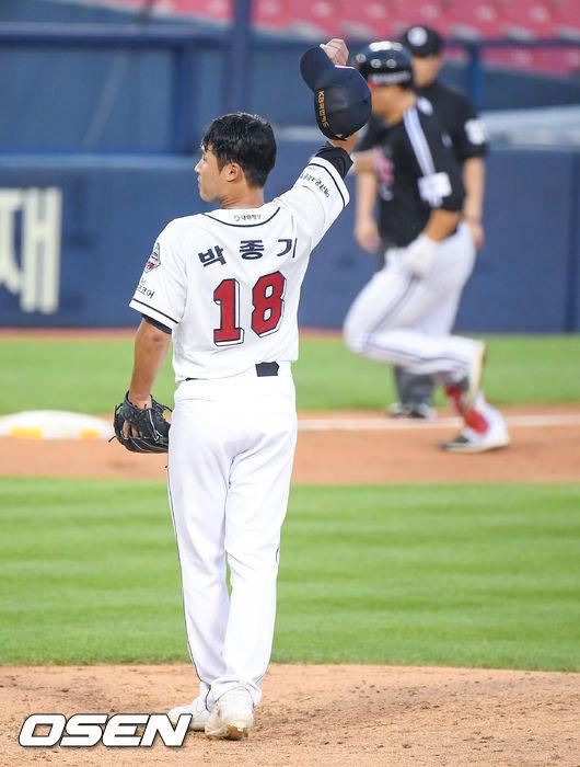[OSEN=잠실,박준형 기자]4회초 2사 1루 두산 박종기 선발투수가 LG 김현수에게 2점 홈런을 허용한뒤 아쉬워하고 있다.  / soul1014@osen.co.kr