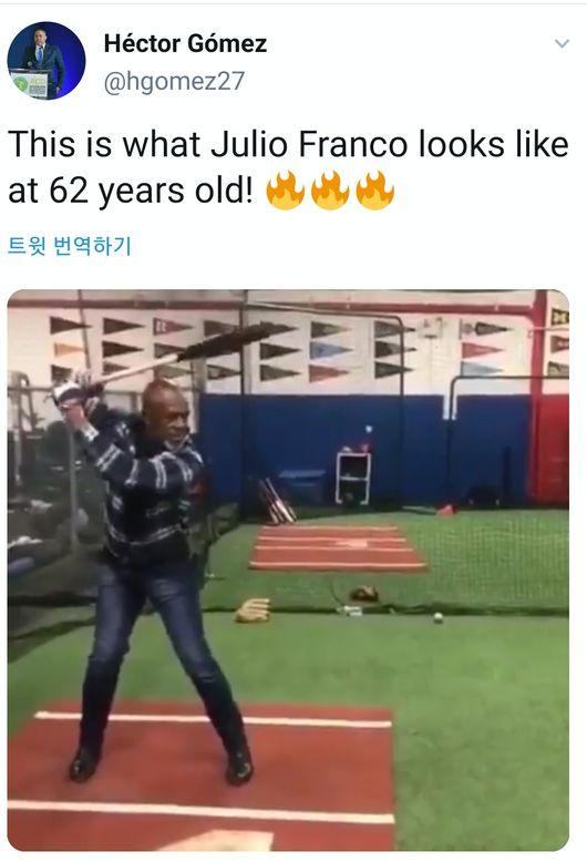 [사진] 타격하고 있는 훌리오 프랑코 코치 / 헥터 고메즈 SNS