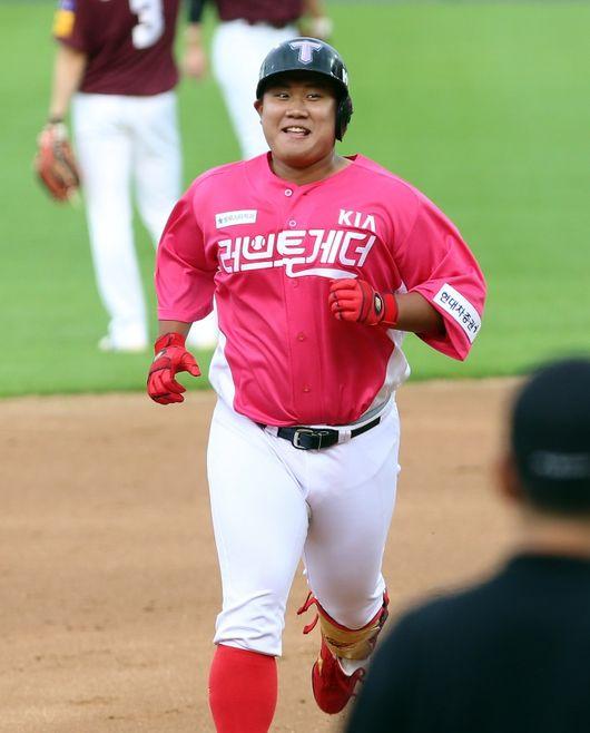 KIA 타이거즈 황대인이 지난 11일 키움 히어로즈와의 광주경기에서 홈런을 터트리고 베이스를 돌며 환하게 웃고 있다./KIA 타이거즈 제공,