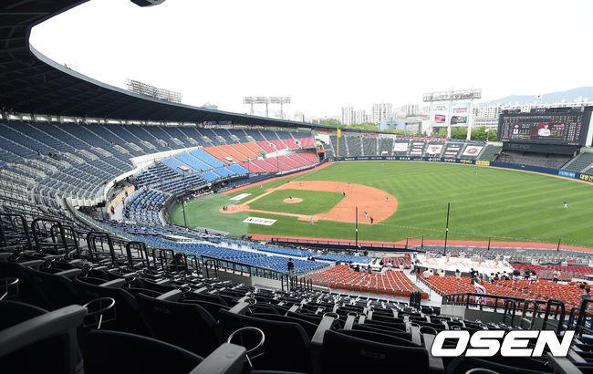[OSEN=잠실, 이대선 기자] 5일 오후 서울 잠실야구장에서 '2020 신한은행 SOL KBO 리그' 두산 베어스와 LG 트윈스의 개막전 경기가 열렸다.무관중 경기가 펼쳐지고 있다. /sunday@osen.co.kr