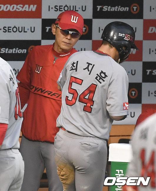 [사진]SK 박경완 감독대행, 최지훈 동점 득점 좋았어