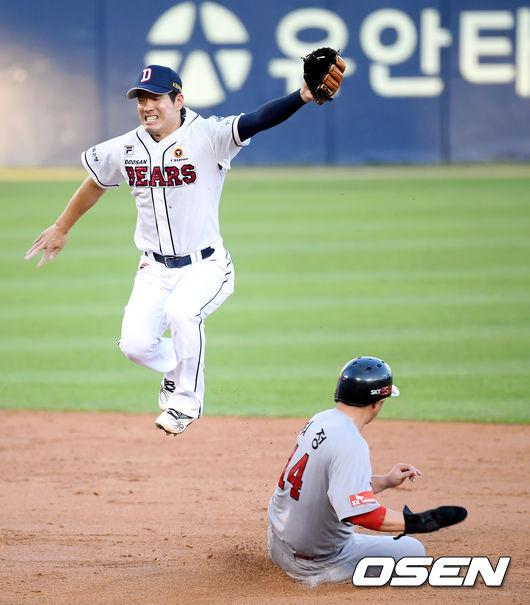 [사진]김재호,높은 공에 최정 도루 허용
