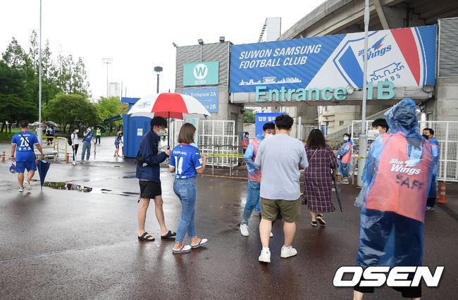 [사진]기다린 축구 직관,비가와도 못 막아