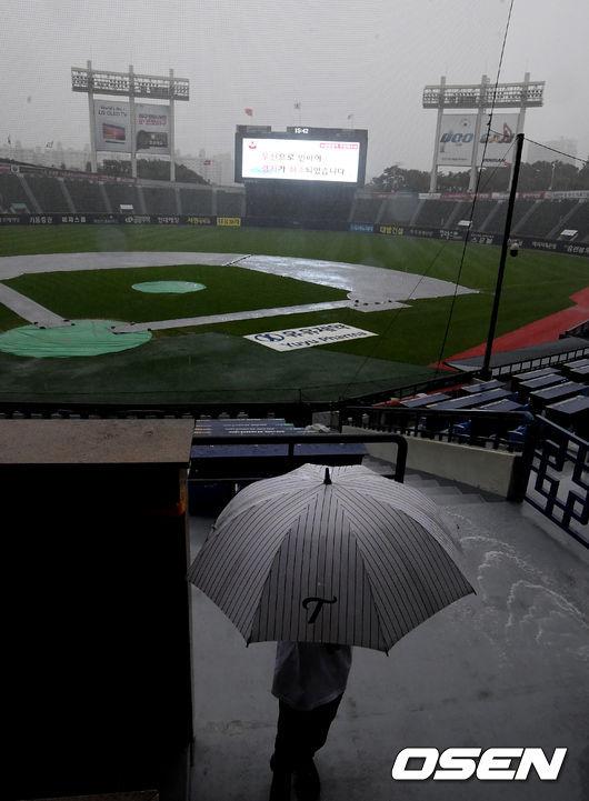 [OSEN=잠실, 지형준 기자]비가 내리는 잠실야구장의 모습. /jpnews@osen.co.kr