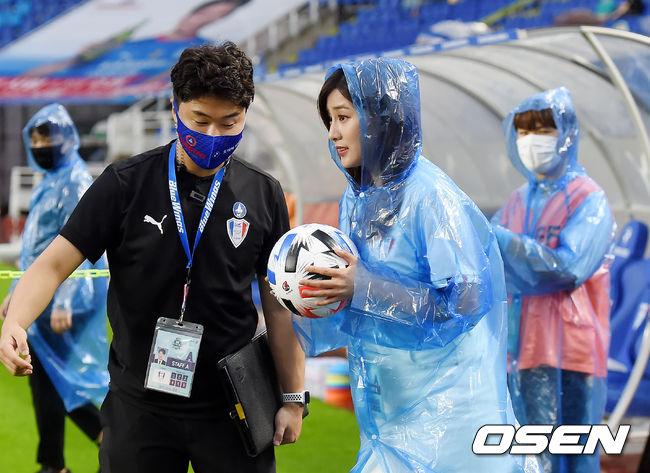 [사진]축구장 찾아 매치볼 전달하는 오하영