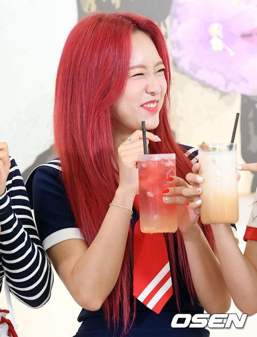 [사진]에이프릴 양예나, 주스도 머리도 빨개요