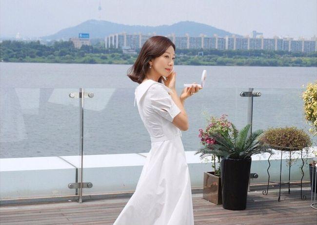 김희애, 순백의 원피스 입고 우아美 폭발하는 근황 여신이네 [★SHOT!]