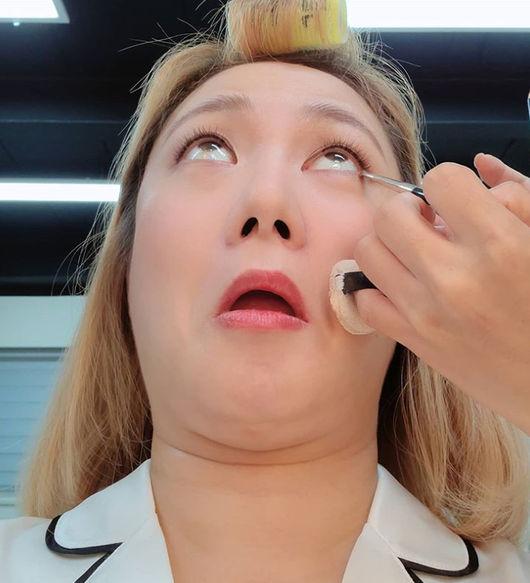 흰자미인 납시오 박나래, 화장 중에도 웃기는 대상의 품격 [★SHOT!]