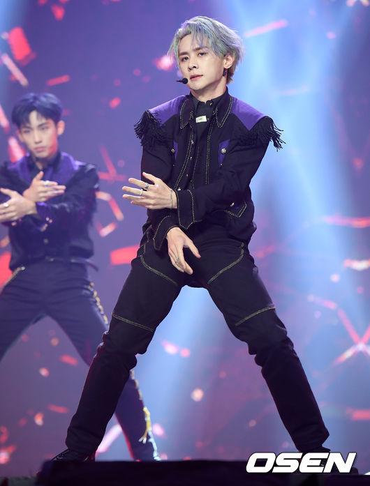 [사진]웨이비(WayV) 쿤, 화려한 앵무새 머리