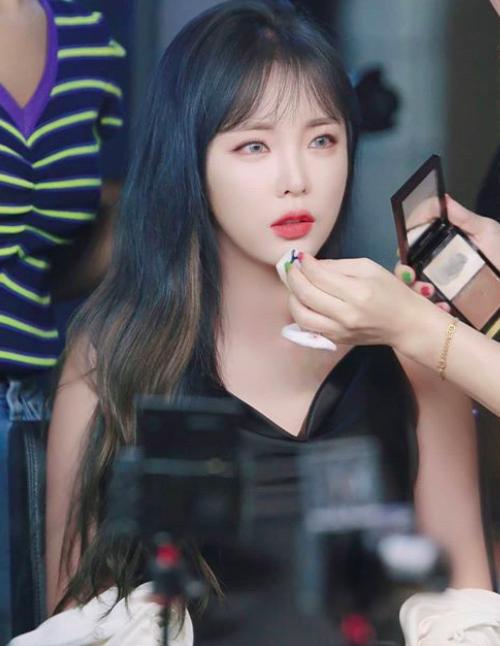 홍진영, 흰 피부+새빨간 입술..섹시한 뱀파이어 외모[★SHOT!]
