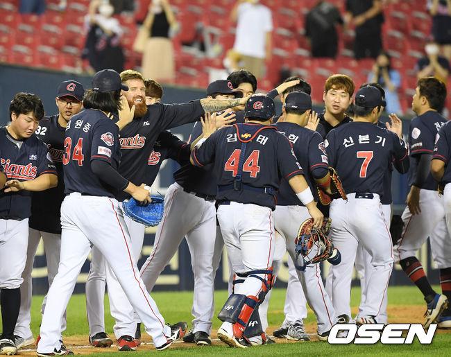 [OSEN=잠실, 민경훈 기자]경기를 마치고 롯데 선수들이 그라운드 위에서 승리의 기쁨을 나누고 있다./ rumi@osen.co.kr