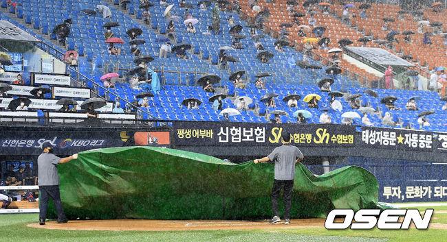 [OSEN=잠실, 이대선 기자] 8일 오후 서울 잠실야구장에서 '2020 신한은행 SOL KBO 리그' 두산베어스와 롯데 자이언츠의 경기가 열렸다.6회말 갑자기 내리는 비로 경기가 중단되며 경기장 관리자들이 방수포를 덮고 있 다. /sunday@osen.co.kr