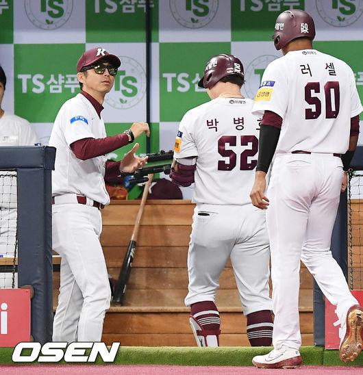 [사진]박병호,투런포 날리고 장난감총 발사!