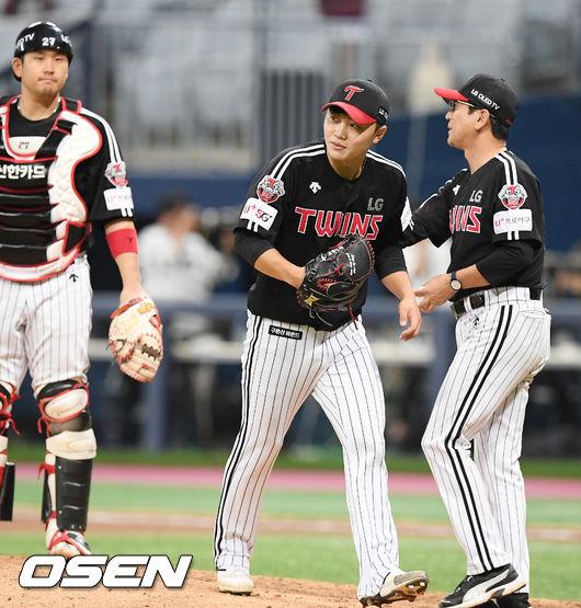 [사진]김윤식,박병호에게 투런포 허용하고 마운드 내려가