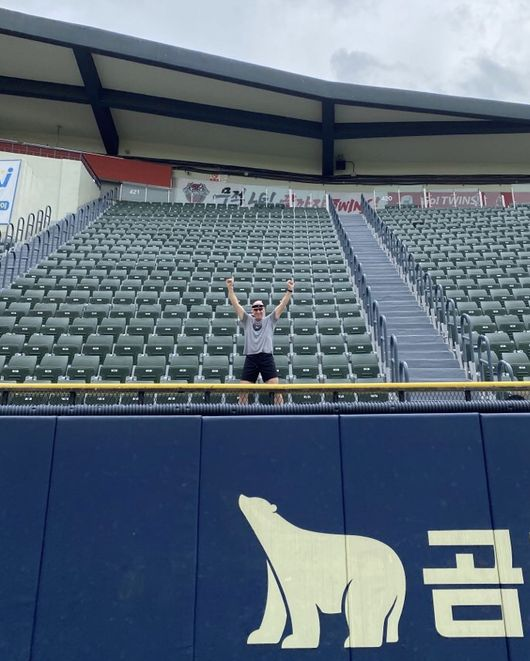 [사진] 윌리엄스 감독이 류중일 감독 홈런 장소에서 기념 사진을 찍고 있다. KIA 타이거즈 제공