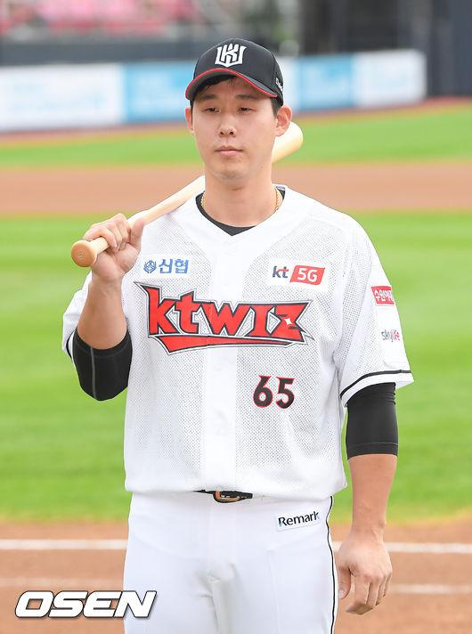 [OSEN=수원,박준형 기자]경기에 앞서 SK에서 KT 이적된 이홍구가 포즈를 취하고 있다. / soul1014@osen.co.kr