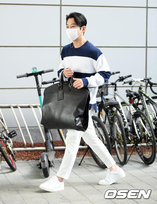 [사진]테이,큰 가방 들고 출근