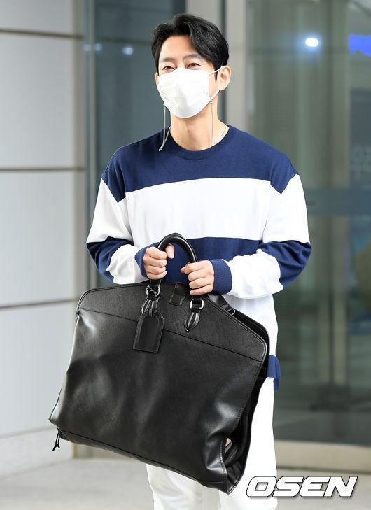 [사진]테이,가방 소중히 양손으로 들고 출근