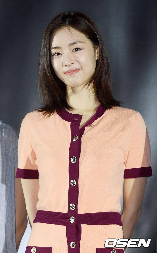 [OSEN=민경훈 기자]배우 이연희가 무대 위에서 포토타임을 갖고 있다./ rumi@osen.co.kr