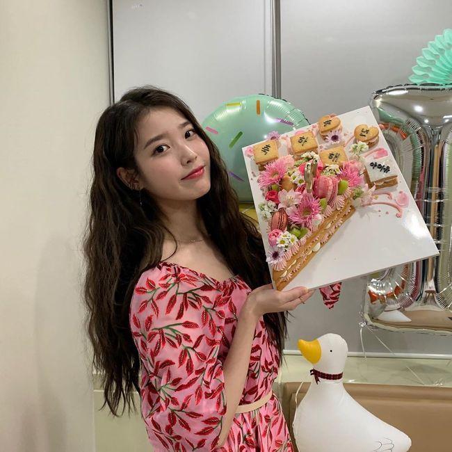 아이유, 데뷔 12주년 자축..러블리 미소+상큼美 폭발 [★SHOT!]