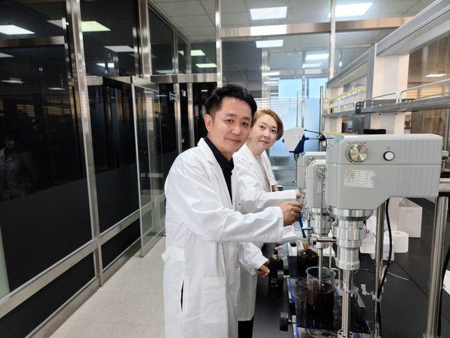 조진형 대표(왼쪽)와 박재숙 CTO가 연구실에서 제품에 대해 논의하고 있다. ⓒ 카론바이오