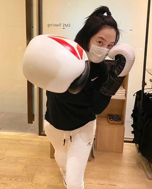 코로나19 타파! 김혜수, 권투 첫 도전..글러브 끼고 강렬 펀치 [★SHOT!]