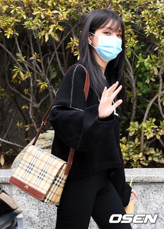 [사진]CLC 오승희, 출근길 눈빛 인사