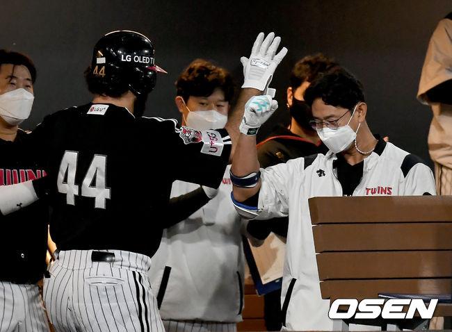 [사진]라모스-박용택,홈런 단독 선두 축하해