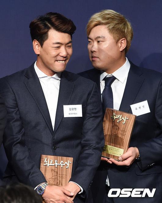[OSEN=박준형 기자] 시상식에서 김광현과 류현진이 이야기를 나누고 있다./soul1014@osen.co.kr