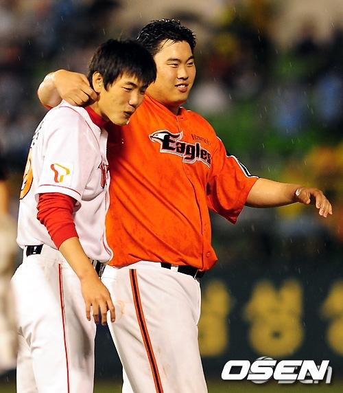 [OSEN=손용호 기자] 2010년 KBO 올스타전에서 류현진과 김광현이 어깨동무를 하고 경기장을 빠져 나가고 있다. /spjj@osen.co.kr