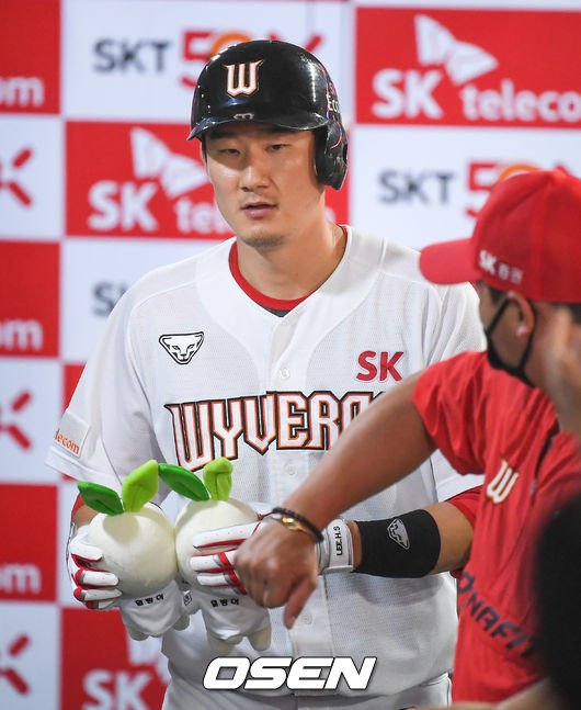[OSEN=인천,박준형 기자]8회말 2사 3루 SK 오태곤이 2점 홈런을 날린뒤 동료들의 축하를 받고 있다. / soul1014@osen.co.kr