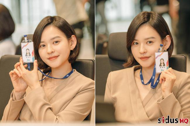 18어게인 김윤혜, 사원증에 예쁨이 가득…아나운서실 입성 인증