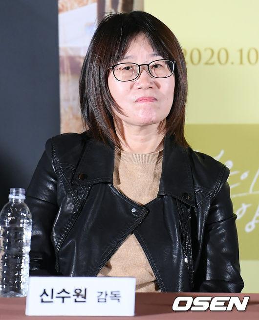 [사진]취재진 질문 듣는 신수원 감독
