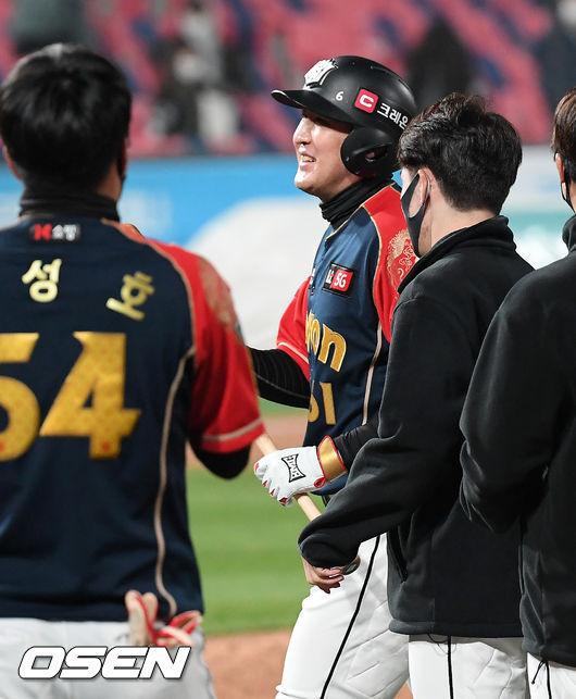 [사진]유한준,짜릿한 연장 끝내기