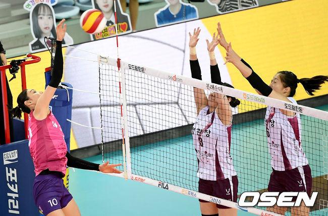 [사진]김연경,힘 가득 실어 날리는 강타