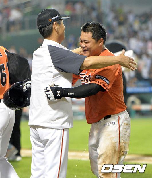 [OSEN=대전, 최규한 기자] 끝내기 희생플라이를 날린 양성우가 김성근 감독과 포옹하며 기뻐하고 있다. /dreamer@osen.co.kr