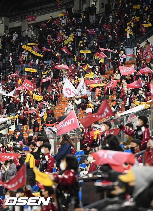 [OSEN=잠실,박준형 기자] 17일 잠실구장 KIA-LG전. 유관중으로 진행되는 가운데 LG 팬들이 열띤 응원을 펼치고 있다. /  soul1014@osen.co.kr