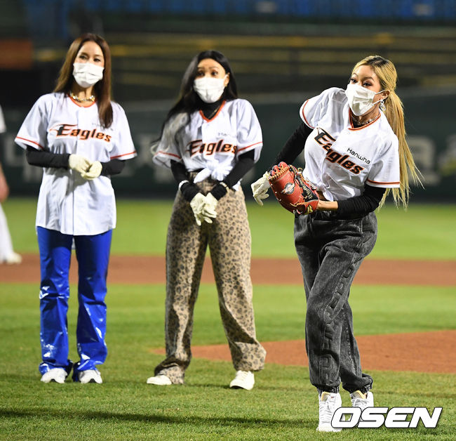 [사진]이효리 향한 공에 환불원정대 멤버들 깜짝