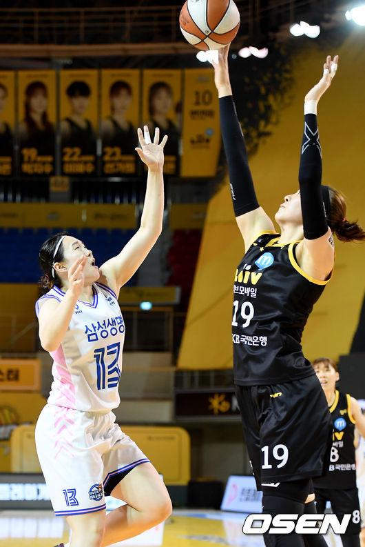 [사진]박지수,슛 블록