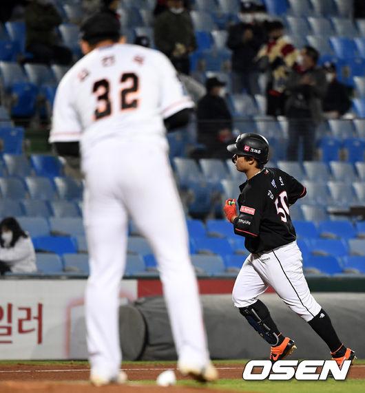 [사진]강백호,김진욱 상대로 도망가는 투런포