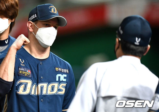 [OSEN=인천, 최규한 기자]승리투수가 되며 시즌 15승을 달성한 NC 루친스키가 이동욱 감독과 인사를 나누고 있다. / dreamer@osen.co.kr